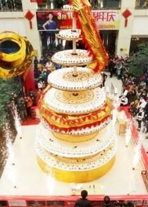 mais-de-20-chefs-fazem-bolo-mais-alto-do-mundo-de-oito-metros-de-altura-na-china-1331739606125_300x420